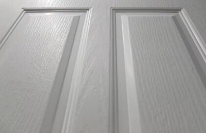 ผิวลายเสี้ยน ประตู UPVC - Polywood V-Series สีขาว